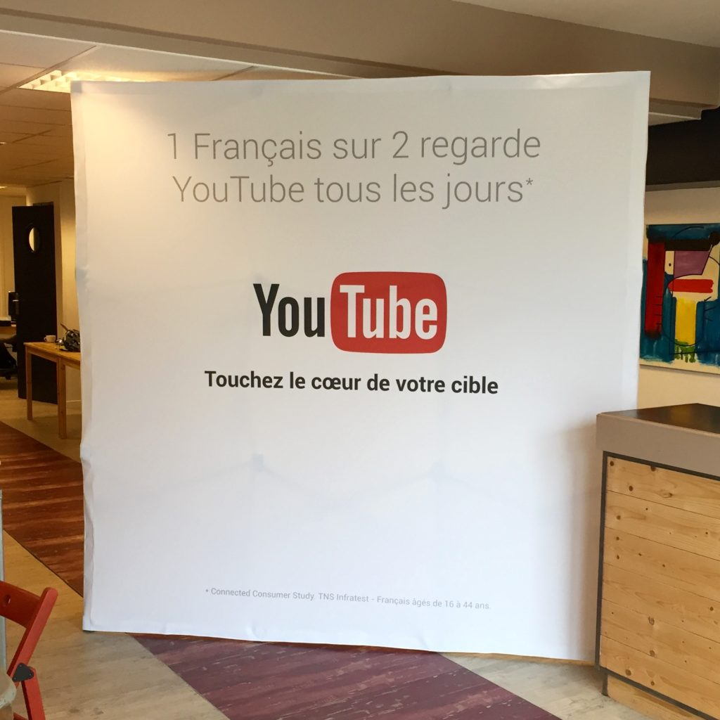youtube-stand-parapluie-publicitaire-photocall-poeple-4x3-textile-tissu-tendu-exposition-salon-soliexpo