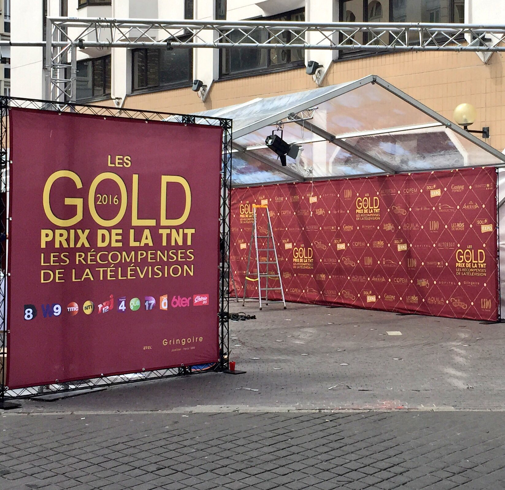 Photocall gold prix tnt 2016 soli 39 expo for Support publicitaire exterieur